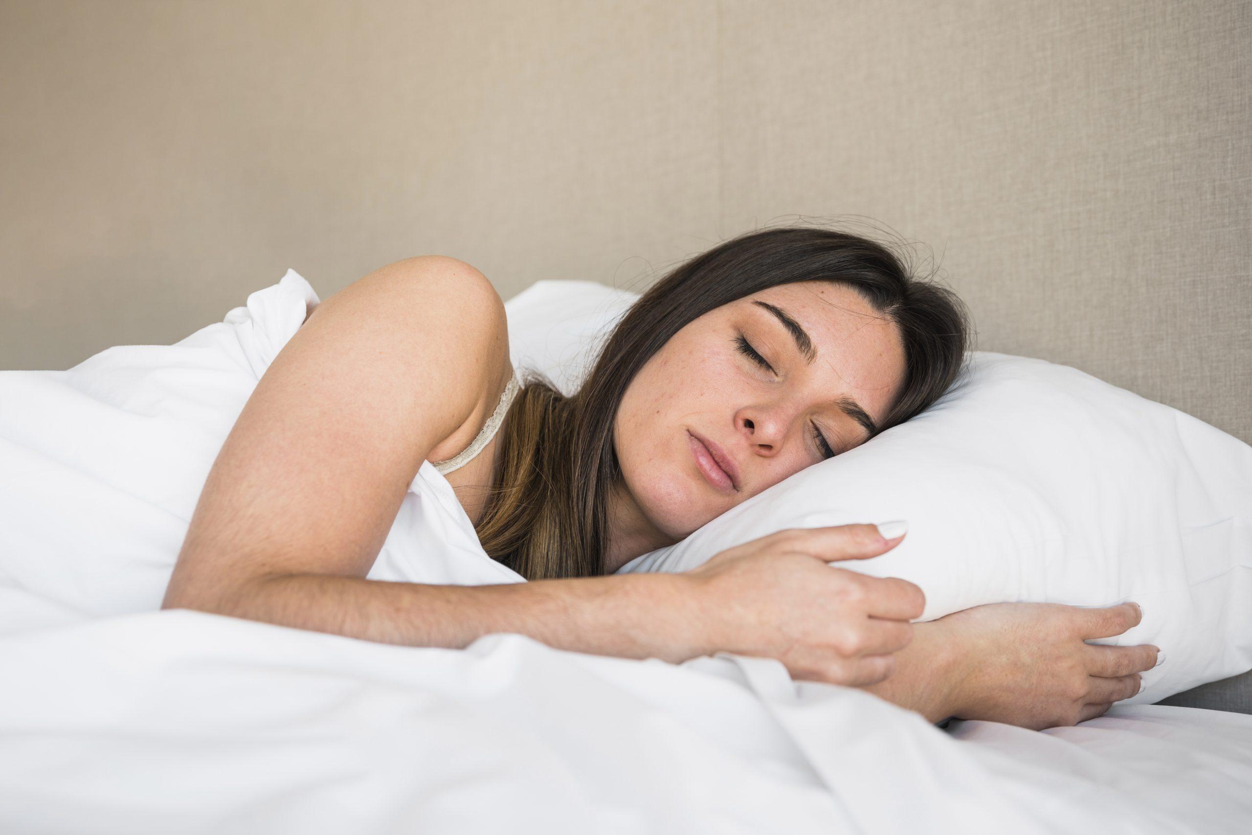 dormir de lado después de un aumento de pecho